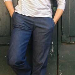 Maglietta e jeans taglio maschile